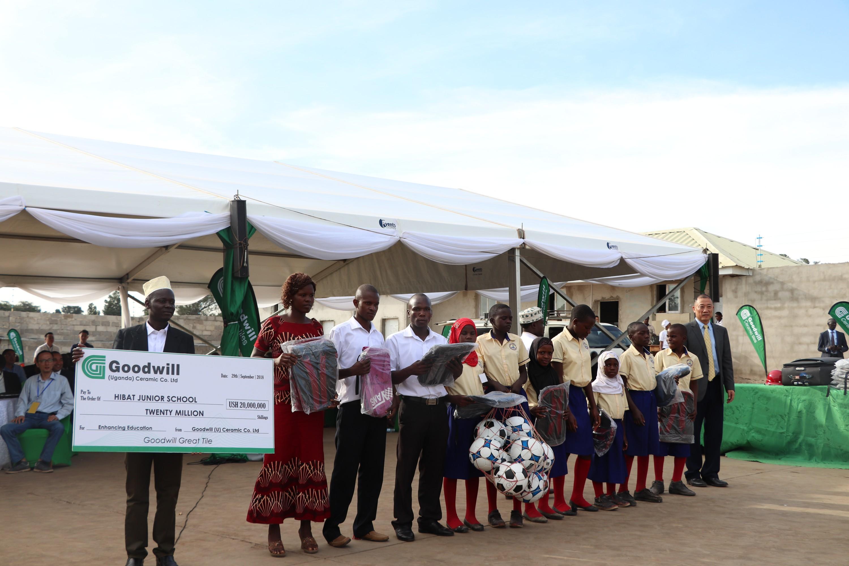 威廉希尔公司手机app(乌干达)陶瓷有限公司向乌干达卡贝卡当地小学捐赠一批教学设施和教育资金